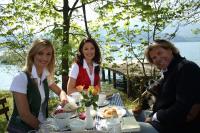 Hansi Hinterseer mit Sigrid und Marina in Nussdorf am Attersee / Bildquelle: Interspot
