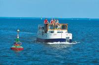 Hausboot des Typs Kormoran mit der Claassee-Tonne auf der südöstlichen Müritz mit Familiencrew, Mecklenburgische Seenplatte (TMV/Kuhnle Tours)