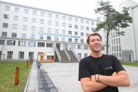 erbergsleiter Dennis Brosseit vor der Jugendherberge Prora / Foto: Danny Gohlke
