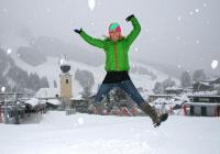 Karin Deisenberger, Eventmanagerin des Tourismusverbandes freut sich über den Neuschnee: