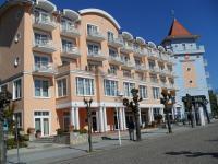 Das farbenfrohe Hotel von der Seite mit Eingang (im Turm)