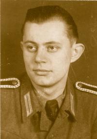 Das Foto zeigt den Autoren als Wachtmeister 1946
