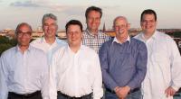 * Der neu gewählte Vorstand fröhlich und frisch über den Dächern von Berlin: (von li.) Ralf Lentwojt (Vertreter der Fördermitglieder), Bernd Helfer, Peter Triebe, Carsten Zellner (Vorstandsvorsitzender), Hans-Peter Nollmann und Thorsten Kretzschmar
