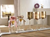 Mit Bändern dekorierte Vasen und Windlichter / Bildquelle: VEGA