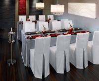 Einmal übergeworfen, Reißverschluss zuziehen — und schon sitzen die Hussen perfekt auf Stühlen und Stehtischen. Pflegeleicht, waschbar bei 40 Grad und in den Farben Weiß, Metall und Schwarz lieferbar / Bildquelle: Alle VEGA Vertrieb von Gastronomieb
