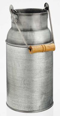 Landhaus-Feeling - schnell und einfach umgesetzt: Die Deko-Milchkanne ist aus verzinktem Metall mit Holzgriff