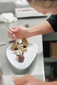 """Die VEGA-Porzellan-Serie """"Islands"""" setzt die filigranen Meisterwerke von Alexandra Lang in Szene. / Bildquelle: VEGA Vertrieb von Gastronomiebedarf GmbH"""