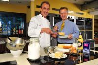 'Weltmeister der Konditoren' Manfred Bacher (links) und  Unternehmenschef William Verpoorten (rechts)