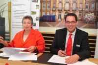 Karin Kietzmann, Schulleiterin des Anne-Frank-Berufskollegs in Münster (links) und Sascha von Zabern, Direktor des Mauritzhof Hotels, unterschreiben den Kooperationsvertrag zur Ausbildungsförderung, Bildquellen silvia-ruetter.de
