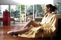 Frau entspannt im Wellnessbereich / Bildquelle: Beide Völlanerhof