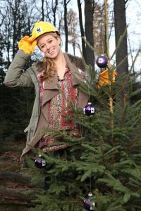 Die TV-Moderatorin Nina Eichinger ruft für den WWF zum Kauf umweltfreundlicher Weihnachtsbäume mit dem FSC-Siegel auf.  Bildquelle: © Jens van Zoest / WWF