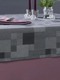 Foto A - Tischdecke in der Farbe Anthrazit, kombiniert mit einer Tischdecke aus Mako-Baumwolle in der Farbe Aubergine, Foto Wäschekrone