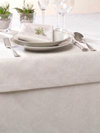 Foto B - Rendezvous: Tischdecke in der Farbe Ecru mit passenden Servietten; Foto Wäschekrone