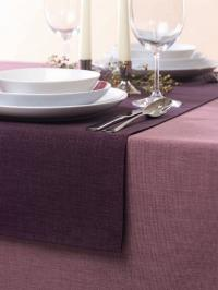 Foto D - Tischdecke in der Farbe Fuchsia mit Querläufer in der Farbe Pflaume; Foto Wäschekrone