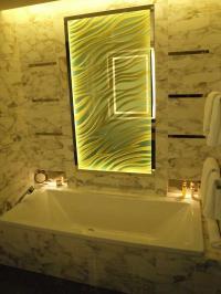 Atmosphärisch richtig gewählte Beleuchtung im Hotelbadezimmer mit Wanne des Waldorf Astoria Berlin. Hier fühlt man sich einfach nur wohl