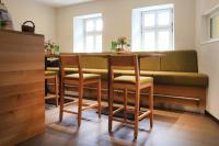 Kuschelig: Stilvolles Gewölbe mit Stühlen Lido und passenden Holztischen in der Vinothek des Weinguts Schlossgartenhof