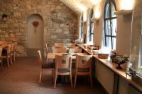 Einladendes Interieur in der Gastronomie des Weinguts Klosterhof der Familie Schäfer — mit maßgeschneiderten Polsterbänken und Barhockern, Modell 10323 von Schnieder