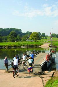 Radfahrer an einer Gierseilfähre am Weser-Radweg, Bildquelle  (c) Weserbergland Tourismus e.V