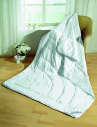 Sommerdecken aus Wildseide nehmen viel Feuchtigkeit auf und sorgen für ein kühlendes Schlafklima. Foto: erwinmueller.de