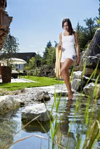 Dame beim Kneipen in den Gartenanlagen des Wohlfühlhotels Castello Königsleiten