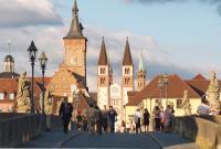 Würzburg Auf der Alten Mainbruecke; Bildquelle PR Office