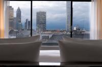 Die atemberaubende Frankfurter Skyline beim Blick aus einerm Zimmer des Wyndham Grand Frankfurt, Bildquelle max-pr.eu