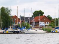 Yachthafen Rechlin im Hintergrund das Ferienzentrum / Bildquelle: Alle Ferienzentrum Yachthafen Rechlin
