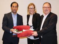 Die Interimsdirektoren Vanessa Herbon und Rainer Ortlepp (re.) übergeben den Hotelschlüssel an Marcel Henneke / Bildquelle: A-ROSA Resort und Hotel GmbH