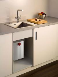 Das neue AEG Heißwassersystem HOT 5 besteht aus einem 5-Liter-Heißwasser-speicher und einer formschönen Küchen-armatur, an der Verbraucher kaltes, warmes und heißes Wasser entnehmen können. Optional wird das System mit dem AEG Entkalkungsfilter bestückt