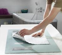 Wenn es um pfiffige Lösungen geht, führt der Weg zu AEG Haustechnik: Die AEG Spiegelheizung wird mit etwas Abstand zur Aufhängung direkt auf die Spiegelrückseite geklebt / Bildquelle: AEG Haustechnik