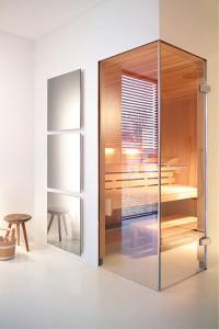Attraktive Lösung mit Doppelfunktion: In Bädern, Ankleidezimmern oder im Wellnessbereich ersetzt die AEG Glasheizung den herkömmlichen Spiegel / Bildquelle: AEG Haustechnik