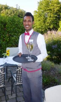 Im Service aus Leidenschaft: Filmon Hailay, Flüchtling aus Eritrea, wurde im Wohlfühlhotel Alte Rebschule zur Fachkraft im Gastgewerbe ausgebildet. / Bildquelle: Alte Rebschule