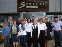Die geehrten Mitarbeiter vor dem Sandperle Restaurant / Bildquelle: ambassador hotel & spa
