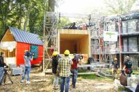 Am 20. August wurden die rund 7 Tonnen schweren Baumhäuser mit 6 Motoren überein Gerüst nach oben gezogen