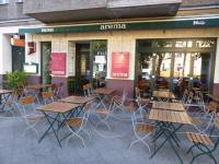 Gemütlich und gut: das Arema Restaurant an der U-Bahnstation Birkenstraße, 50 Meter vom Hotel Moa entfernt