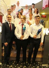 Die neuen Auszubildenden des Arvena Park Hotels mit Geschäftsführer Jörg Schlag / Foto: Arvena Park Hotel