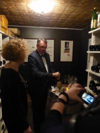 Sommelier Siemon öffnet eine Flasche 'Geheimrat J' im tiefsten Weinkeller an der Nordsee im  Badhotel Sternhagen