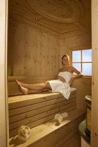 Sauna aus naturbelassener Zirbelkiefer (Altholz)