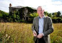 Firmengründer Bernard Walsh auf dem Royal Oak Gelände, auf dem die Gebäude der neuen Destillerie errichtet werden. Das Landhaus aus dem 18. Jahrhundert im Hintergrund wird restauriert und zum Besucherzentrum umgebaut.