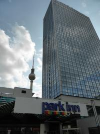 Das Park Inn by Radisson Berlin Alexanderplatz größer als der Berliner Fernsehturm? Gott sei Dank nur eine optische Täuschung :-): Bild Hotelier.de