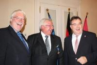 Bernd Moos-Achenbach (Mitte) in bester Laune bei der Verleihung des Hessischen Verdienstordens; Bildquelle Achenbach