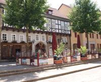 Der Eingang zum zum Hopfensaal und dem Restaurant Tenne. Bei schönem Wetter bleibt man einfach im davorliegenden Biergarten / Bildquelle: Alle Sascha Brenning - Hotelier.de