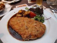Das leckere Braumeistersteak mit einer Senf-Zwiebel-Kruste auf Bratenjus und Bratkartoffeln