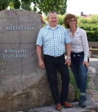Direktor Marco Fongern mit Göbel Hotels Marketing-Chefin Marion Arens am geografischen Mittelpunkt Deutschlands