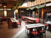 Im Restaurant Tenne finden sich 84 Sitzplätze wie auf der rechten Seite auch die Kupferkessel zum Bierbrauen