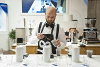 Barista Bastian Reif bei Vorbereitung zum Cupping / Bildquelle: BRITA GmbH