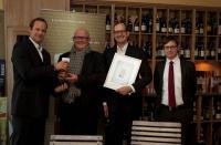 Coffee-Business-Verleger Trond Patzphal (2.v.l.) und Verlagsleiter und Jurymitglied Karsten Runge (r.) überreichten die Auszeichnung in Osnabrück an die Preisträger Christian Kohlhof (2.v.r.) und Ralf Meyer (l.) / Bildquelle Revocit
