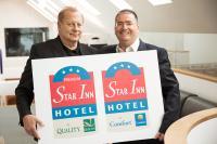 Star Inn Inhaber Paul Garai (links im Bild) und Georg Schlegel, Geschäftsführer Choice Hotels Deutschland und Zentraleuropa, präsentieren nach der Vertragsunterzeichnung die beiden neuen Co-Brands. / Bildquelle: Choice Hotels Franchise GmbH