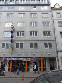 Gleich daneben: Das Conrad Hotel mit ebenfalls ausdrucksloser Fassade