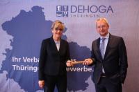 Gudrun Münnich übergibt den Stab an Mark A. Kühnelt / Bildquelle: DEHOGA THÜRINGEN e.V.